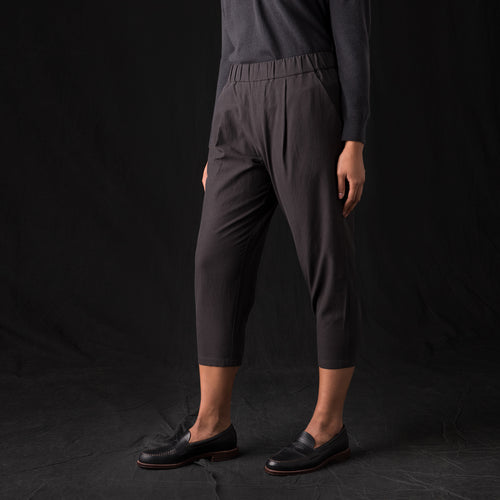 Tuck Cropped Easy Pant in Sumi