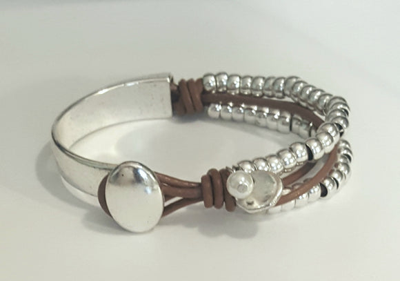 LEATHER WRAP BRACELET WITH CHARM AND PEARL | LIGHT BROWN