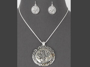 TAILORED MEDALLION NECKLACE SET