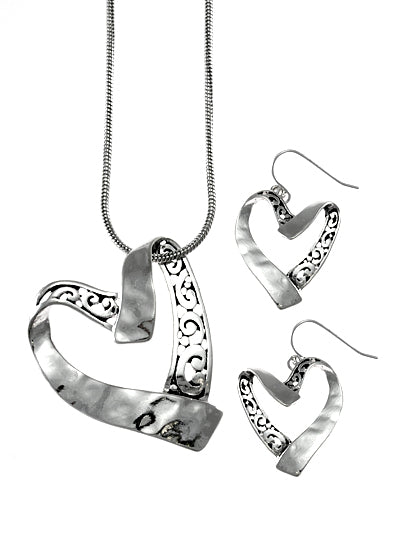 SIDE HANGING TEXTURED HEART NECKLACE SET