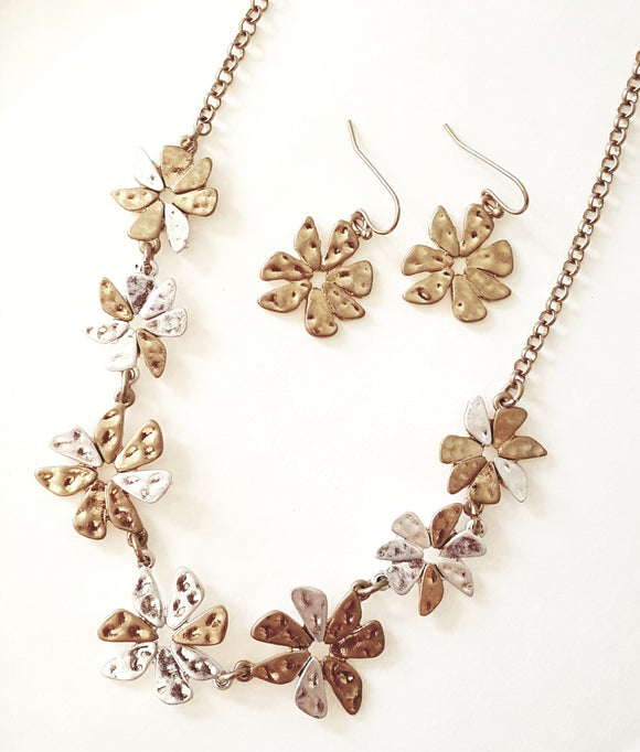 ABSTRACT WORN METAL FLOWERS NECKLACE SET