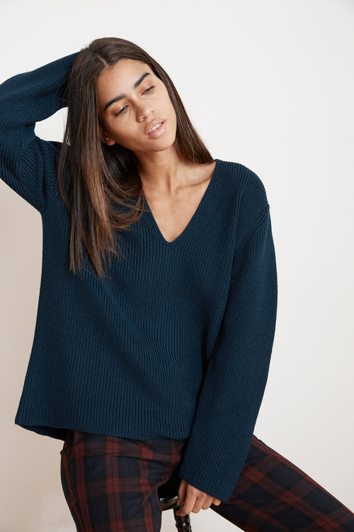 TAYEN ENGINEERED STITCHES V-NECK-SWEATER