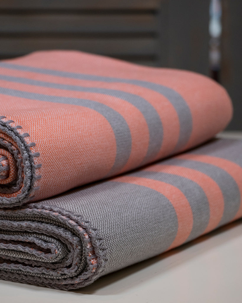 Antiochia Classic Throw – Grey & Coral