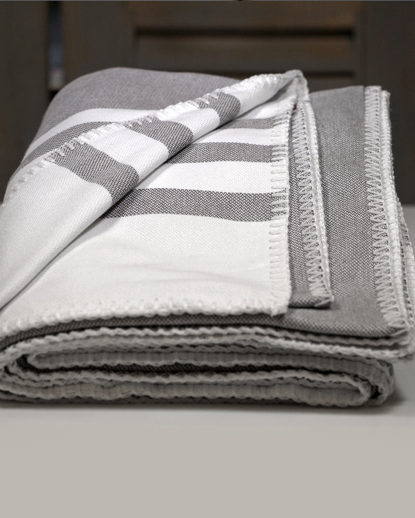 Antiochia Classic Throw – Grey & White