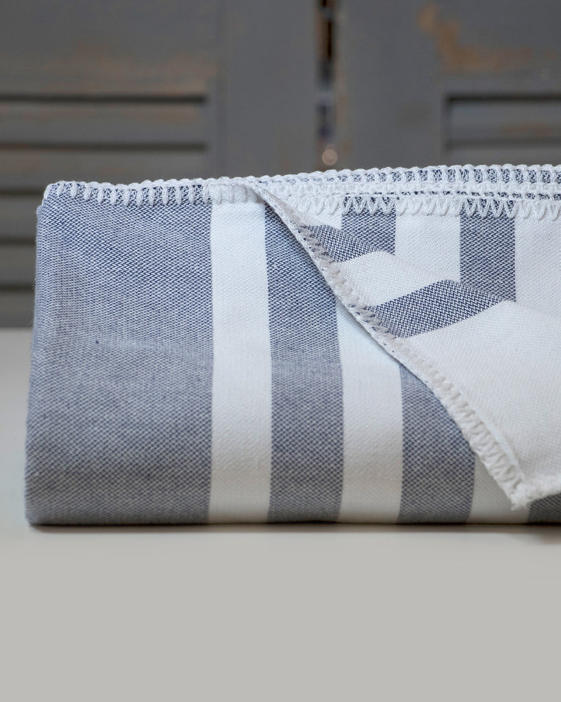 Antiochia Classic Throw – Navy & White