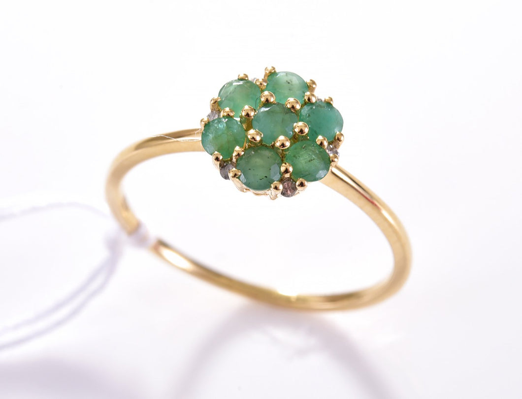 AN EMERALD AND DIAMOND DAISY RING IN 18CT GOLD