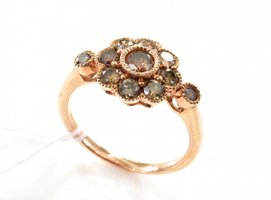 A DAISY RING SET WITH ROUND BRILLIANT CUT COGNAC DIAMONDS, MOUNTED IN 18CT ROSE GOLD, SIZE N