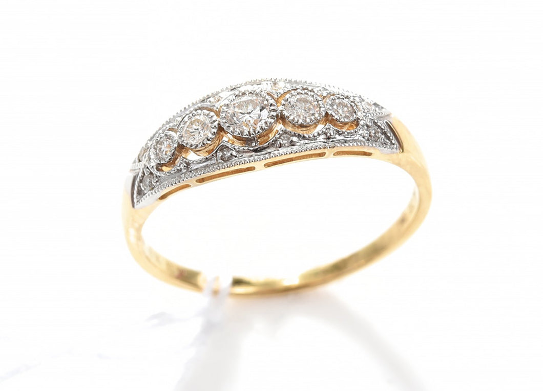 A DIAMOND RING IN 18CT TWO TONE GOLD, SIZE O