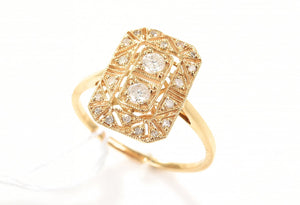 AN ART DECO STYLE DIAMOND RING IN 18CT GOLD.