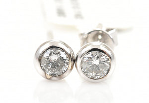 A PAIR OF DIAMOND STUD EARRINGS IN 18CT WHITE GOLD