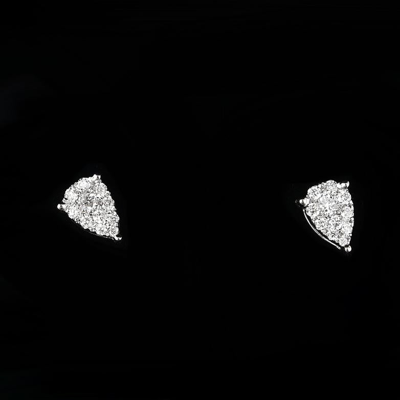 A PAIR OF DIAMOND CLUSTER EARRINGS IN 18CT WHITE GOLD.
