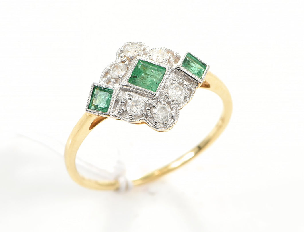 AN ART DECO STYLE EMERALD AND DIAMOND RING IN 18CT GOLD.