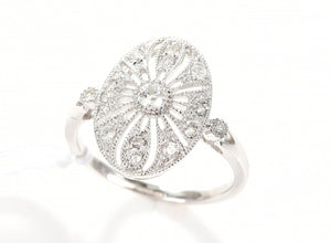 AN ART DECO STYLE DIAMOND RING IN 18CT WHITE GOLD.