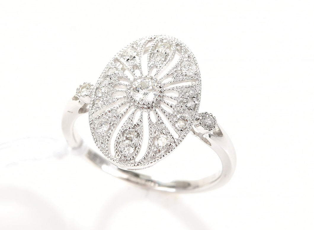 AN ART DECO STYLE DIAMOND RING IN 18CT WHITE GOLD