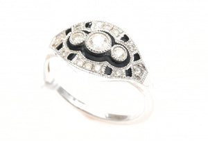 AN ART DECO STYLE DIAMOND AND ENAMEL RING IN 18CT WHITE GOLD.