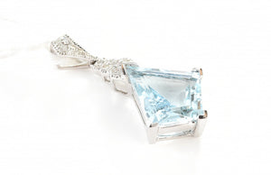 AN AQUAMARINE OF 2.39CTS AND DIAMOND PENDANT IN 18CT WHITE GOLD