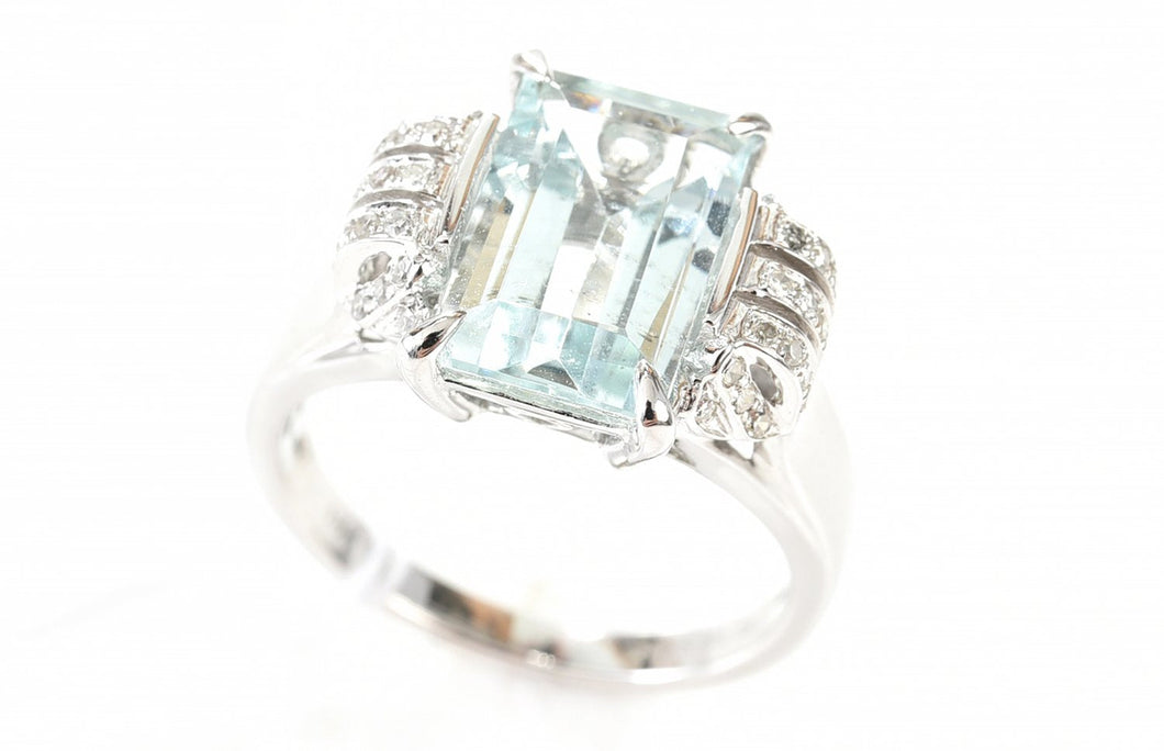 AN AQUAMARINE OF 5.28CTS AND DIAMOND RING IN 18CT WHITE GOLD