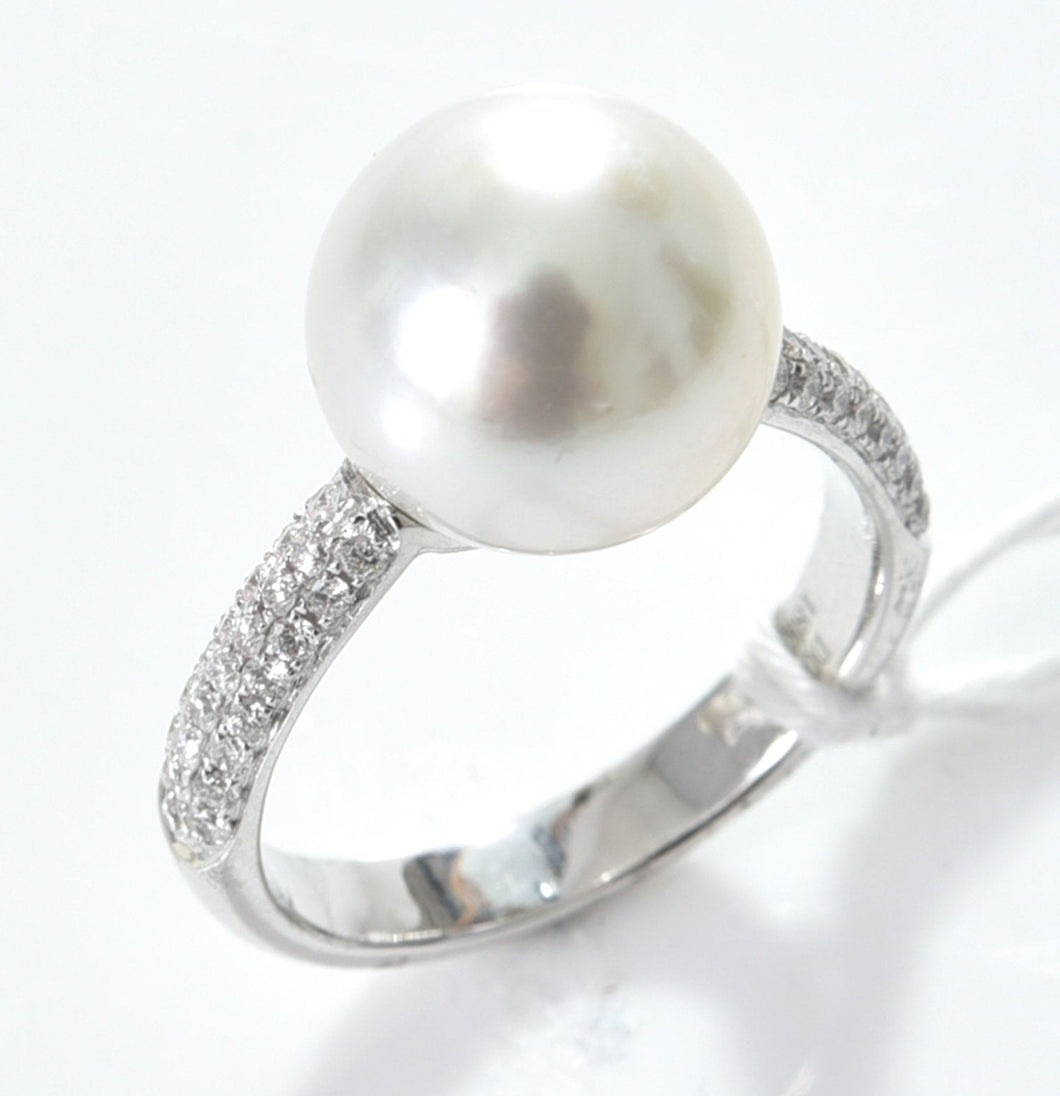 A SOUTH SEA PEARL OF 11MM AND DIAMOND RING