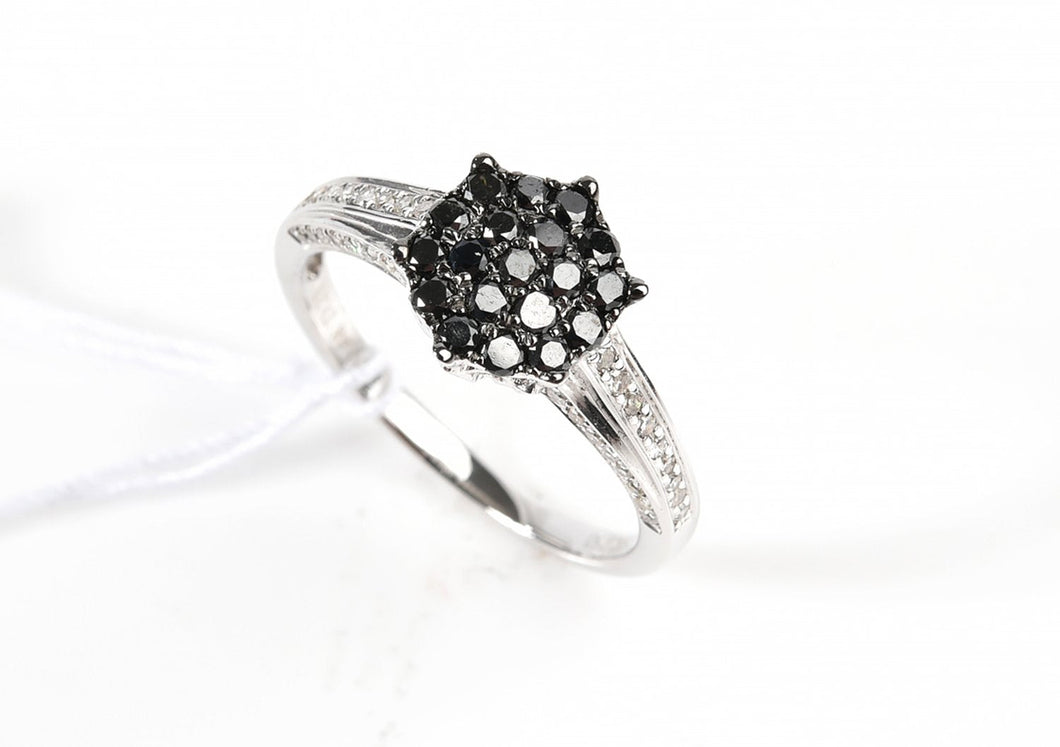 A BLACK AND WHITE DIAMOND RING IN 18CT WHITE GOLD, APPROXIMATE TOTAL DIAMOND WEIGHT 0.7CT, SIZE N.