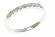 AN 18CT WHITE GOLD DIAMOND RING