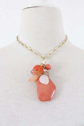 VINTAGE CORAL PLASTIC BEADED GOLD TONE CHAIN NECKLACE