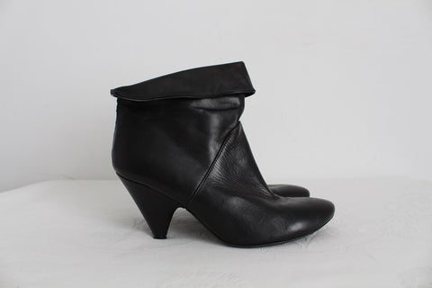 ALTERNATIVA GENUINE LEATHER BLACK ANKLE BOOTS - SIZE 6