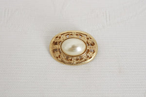 VINTAGE FAUX PEARL GOLD TONE OVAL BROOCH PIN