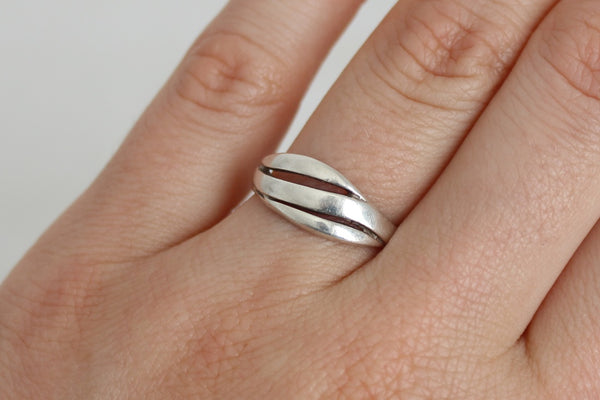 VINTAGE STERLING SILVER SWIRL RING - SIZE N