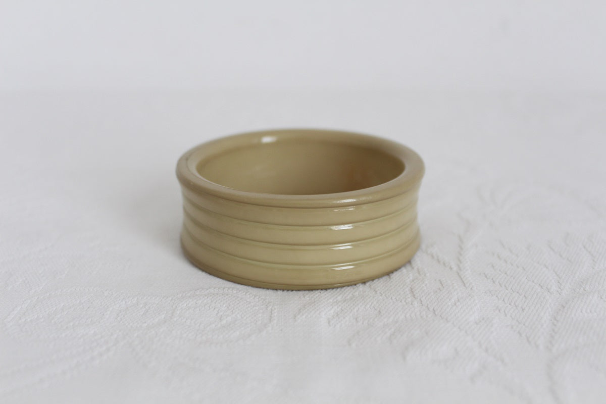 VINTAGE BAKELITE BEIGE BANGLE