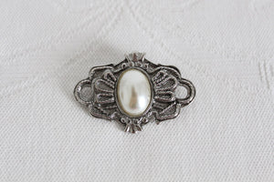 VINTAGE FAUX PEARL SILVER TONE ROPE FRAME BROOCH PIN