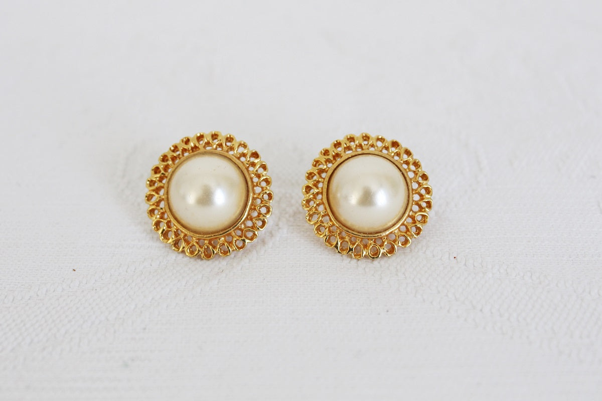 VINTAGE FAUX PEARL GOLD TONE ROUND CLIP-ON EARRINGS
