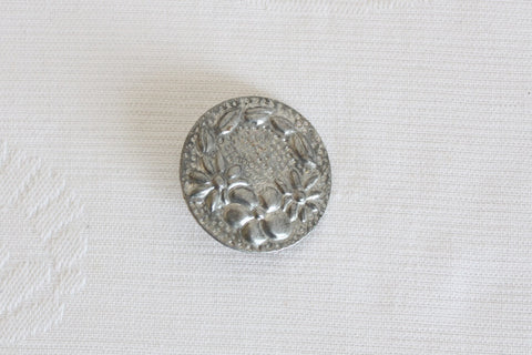 VINTAGE EMBOSSED FLOWER SILVER TONE BROOCH PIN