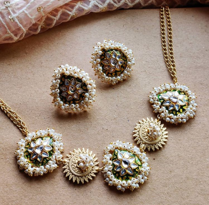 Haatipada stones in Ahmedabadi Kundan necklace set