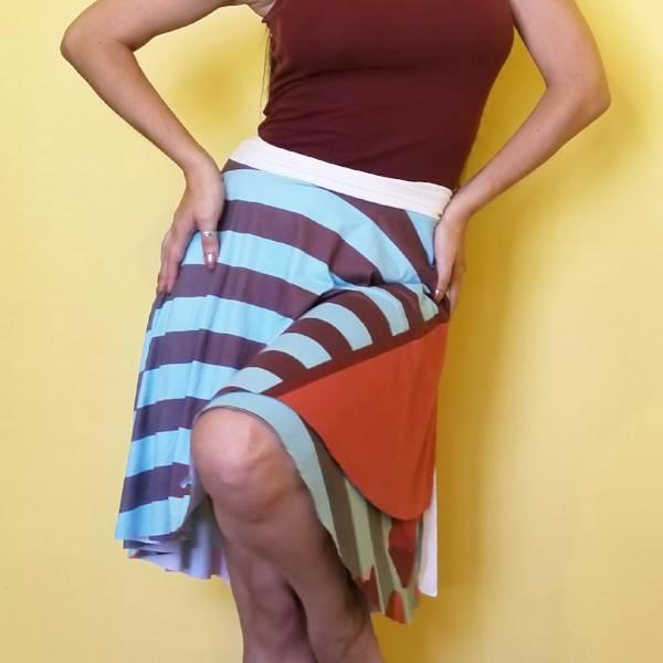 A very romantic look inspired in tulips and stripes with blue and brown colors. The full circle printed wrap skirt is designed to fit all the beautiful curves. Very comfortable. by RedButterfly by Omaris