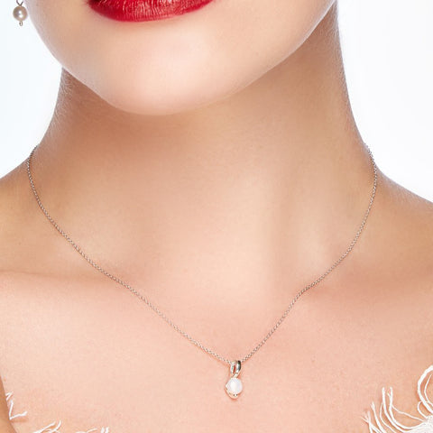 Dainty Necklace in Silver and Pearl